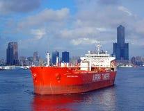 Den stora oljetanker lämnar Kaohsiung port Royaltyfria Bilder