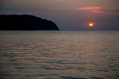 Den stora orange solnedgången i Malaysia Royaltyfri Bild