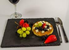 Den stora pannkakan med piskad kräm- och ny frukt, strawberri Royaltyfri Bild