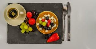Den stora pannkakan med piskad kräm- och ny frukt, strawberri Royaltyfria Bilder