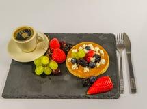 Den stora pannkakan med piskad kräm- och ny frukt, strawberri Arkivbild
