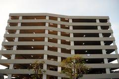 Den stora parkeringsbyggnaden i den stora shoppinggallerian arkivfoton