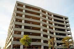Den stora parkeringsbyggnaden i den stora shoppinggallerian royaltyfria bilder