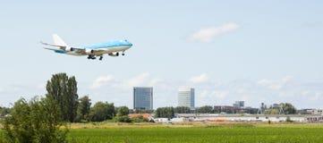 Passagerare sprutar ut landning Arkivbild
