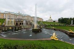 Den stora Peterhof slotten, den storslagna kaskaden, den Samson springbrunnen Arkivfoton