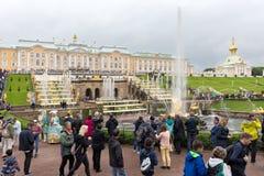 Den stora Peterhof slotten, den storslagna kaskaden, den Samson springbrunnen Royaltyfri Fotografi