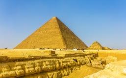 Den stora pyramiden av Giza och mindre pyramid av Henutsen Arkivfoto