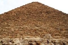 Den stora pyramiden på den Giza platån på skymning Royaltyfri Bild