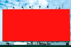 Den stora röda affischtavlan annonserar arkivbild