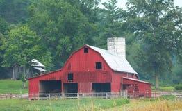 Den stora röda ladugården och inhyser ut Royaltyfria Bilder