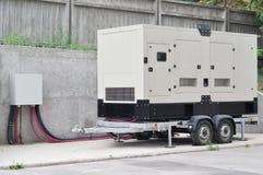 Den stora reserv- diesel- generatorn för ¡ för kontorsbyggnad Ð onnected till kontrollbordet med kabeltråd Royaltyfri Foto