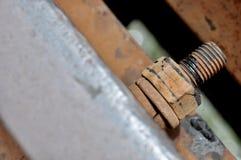 Den stora rostiga metallmuttern som låsas med rost, och korrosion kasta i sig, den industriella bulten och muttern royaltyfri foto