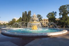 Den stora runda springbrunnen i Sahil parkerar Arkivfoton