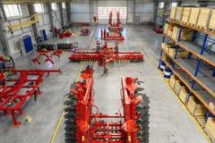 Den stora, rymliga och ljusa enheten shoppar Tillverkning av skuggad och monterad jordbruks- utrustning royaltyfri fotografi
