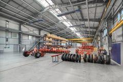 Den stora, rymliga och ljusa enheten shoppar Tillverkning av skuggad och monterad jordbruks- utrustning arkivfoto