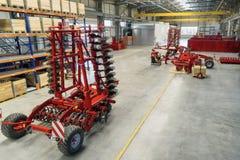 Den stora, rymliga och ljusa enheten shoppar Tillverkning av skuggad och monterad jordbruks- utrustning royaltyfri bild