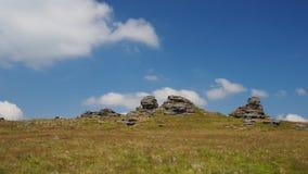 Den stora sammanlänkningstoren med vit fördunklar i en blå himmel, Dartmoor Fotografering för Bildbyråer