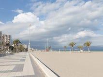 Den stora sandiga stranden av Alicante Royaltyfri Foto