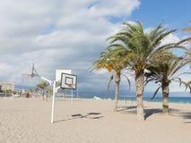Den stora sandiga stranden av Alicante Arkivfoton