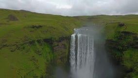 Den stora Scougafoss vattenfallet och de turist- områdena täckas med dimma Andreev stock video