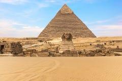 Den stora sfinxen av Giza framme av pyramiden av Khafre, Egypten royaltyfri foto