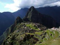 Den stora sikten av hela Machu Picchu med kaskaden arbeta i trädgården Royaltyfri Foto