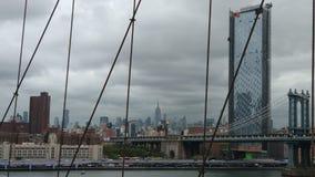 Den stora sikten av Manhattan fr?n den Brooklyn bron royaltyfria foton