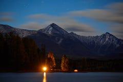 Den stora sikten av vaggar och sjön Dramatisk och pittoresk plats arkivfoton