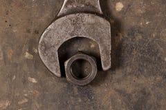 Den stora skiftnyckeln och muttern Garagehjälpmedel Royaltyfri Fotografi