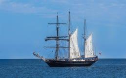 Den stora skonaresegelbåtyachten ankrade i fjärd mot blå himmel Royaltyfri Bild