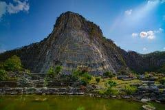 Den stora skulpturala bilden av Lord Buddha reste upp på berget royaltyfria bilder
