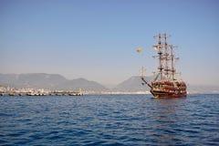 Den stora skytteln seglar på havet arkivbild