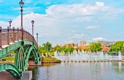 Den stora springbrunnen och den gröna bron i sommar parkerar Arkivbild
