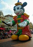 Den stora stående uppblåsbara Mickey musen ståtar in royaltyfri fotografi