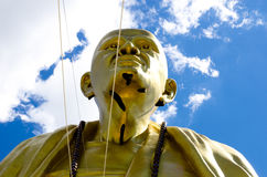 Den stora statyn av krubaen Siwichai i Doi sitempel Royaltyfria Bilder