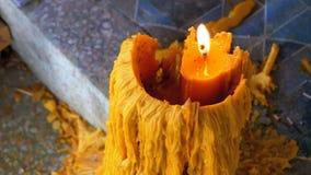 Den stora stearinljuset bränner i den buddistiska templet av Eden och helvete thailand lager videofilmer