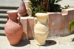 den stora stenen, bränd gammal forntida tappning för lera sned tunga tillbringare, vaser med modeller på stengolvet mot bakgrunde Arkivbild