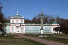Den stora stenorangerit med en obelisk i det Kuskovo s?terit arkivfoton