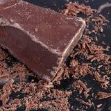 Den stora stora biten av mjölkar choklad och shavings arkivfoton