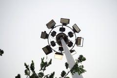 Den stora strålkastaren som hänger på den höga stången arkivfoto