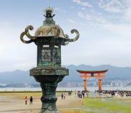 Den stora Toriien av Miyajima på lågvatten arkivbilder