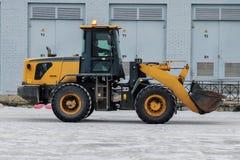 Den stora traktoren tar bort snö Fotografering för Bildbyråer