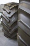 Den stora traktoren tröttar - rubber hjul för jordbruks- traktor Royaltyfria Bilder