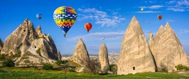 Den stora turist- dragningen av Cappadocia - svälla flyget lock Arkivbild