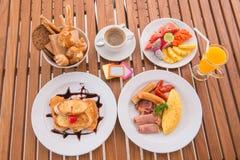 Den stora uppsättningen av den amerikanska frukosten och blandningen bär frukt Royaltyfri Bild