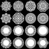 Den stora uppsättningen av designbeståndsdelar, snör åt den pappers- doilyen för rundan, doily för att dekorera kakan, mallen för vektor illustrationer