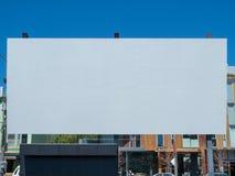 Den stora utomhus- tomma kanfasfilmskärmen som visas i en stad, parkerar royaltyfri foto