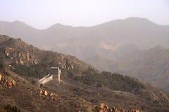 Den stora väggen av Kina med berg i bakgrunden Royaltyfri Fotografi