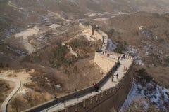 Den stora väggen av Kina med en besökaremitt i bakgrunden Royaltyfri Bild