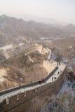 Den stora väggen av Kina med snöig berg i bakgrunden Arkivbilder